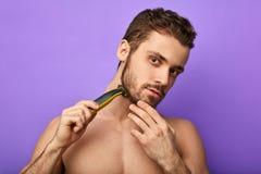 La maquinilla de afeitar de seguridad ajustable, se cierra encima del retrato fotografía de archivo