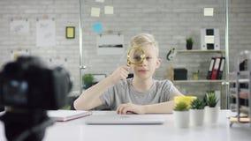 La maravilla del muchacho del genio corta el sistema en el ciberespacio Promotor joven del programador del niño lindo que trabaja almacen de metraje de vídeo