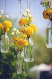 La maravilla florece en una ejecución de la botella de cristal Imagen de archivo libre de regalías