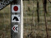 La marca de los turistas en una columna de madera stock de ilustración