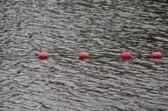La marca del límite flota en superficie del ` s de la agua de mar Fotografía de archivo