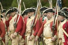 La marche britannique pour rendre le champ au 225th anniversaire de la victoire chez Yorktown, une reconstitution du siège de Yor Images stock