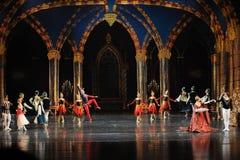 La marche dans le lac adulte swan de cérémonie-ballet de prince de Team-The de clown Photographie stock
