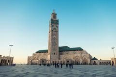 la marche et prendre des photos au ` s de mosquée de Hassan II ajustent image libre de droits