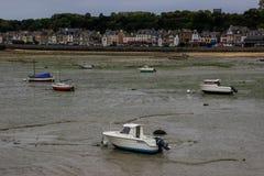 La marea baja en la costa del mar de Kelst y los barcos se fueron para mentir en la arena imagen de archivo libre de regalías