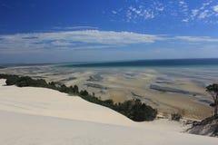 La marea baja y el fango agita en la isla de Moreton Imagen de archivo libre de regalías