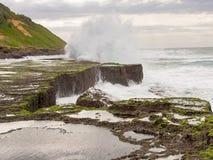 La marea de primavera y las ondas de fractura en la reunión oscila, Isipingo, Durban, Suráfrica Fotografía de archivo