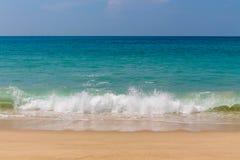La marea del océano agita en la playa arenosa del paraíso fotos de archivo