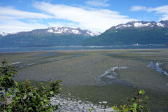 La marea del océano que disminuye en el puerto del valdez Foto de archivo