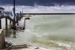 La marea peculiar puso el sistema del puerto en Le Croisic, Francia en punto bajo Fotos de archivo libres de regalías