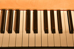 La marfil blanca y los claves negros de un piano Fotografía de archivo