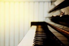 La marfil blanca y los claves negros de un piano foto de archivo