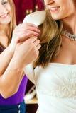 La mariée aux vêtements font des emplettes pour des robes de mariage Photo stock
