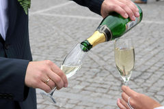 La mariée avec des glaces avec un champagne Images libres de droits