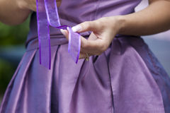 La mariée avec sa bague de fiançailles Image stock