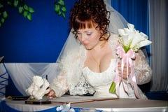 La mariée avec un bouquet des zantedeschias Photos libres de droits