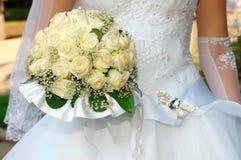 La mariée avec un groupe de mariage de fleurs Photos stock