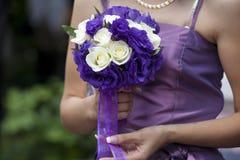 La mariée avec un groupe de mariage de fleurs Photo libre de droits