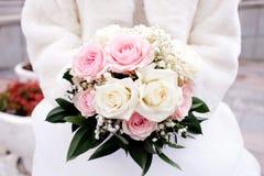 la mariée de bouquet remet le mariage de s Image libre de droits