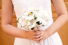 la mariée de bouquet remet le mariage de s Image stock