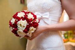 la mariée de bouquet remet le mariage de s Photographie stock