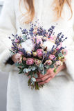 la mariée de bouquet remet le mariage de s Images stock