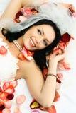 La mariée de Brunette sur le bâti couvert de rose part Photo stock