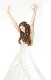 La mariée de sourire a soulevé des mains vers le haut et le sourire heureux. Image stock