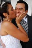 La mariée embrasse son marié Photo libre de droits