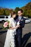La mariée et le marié avec les pigeons blancs sur le mariage marchent Photographie stock libre de droits