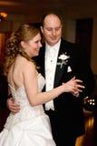 La mariée et le marié dansent d'abord Images stock