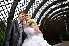 La mariée et le marié heureux au mariage marchent en stationnement Photo stock