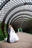 La mariée et le marié heureux au mariage marchent en stationnement Photos stock