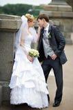 La mariée et le marié heureux au mariage marchent sur la passerelle Image stock