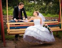 La mariée et le marié regardent l'un l'autre Image libre de droits