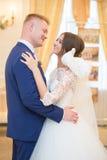 La mariée et le marié regardent l'un l'autre Photos libres de droits