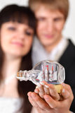 La mariée et le marié retiennent peu de récipient dans la bouteille Images stock