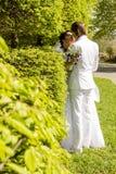La mariée et le marié romantiques de baiser sur le mariage marchent Photos stock