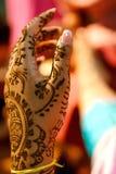 La mariée indienne de mariage obtenant le henné s'est appliquée Photo libre de droits