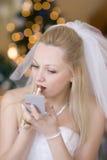La mariée a mis en fonction le fard à joues Photo libre de droits