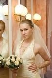 La mariée près d'un miroir Photographie stock libre de droits