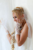 La mariée regarde à l'extérieur l'hublot Images libres de droits