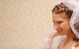 La mariée regarde vers l'avant Photographie stock libre de droits