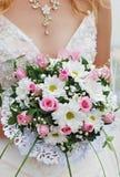 La mariée retenant un bouquet Photographie stock libre de droits