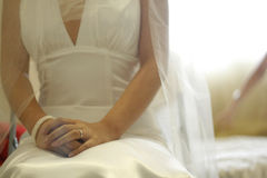 La mariée s'asseyent sur le bâti Photo stock