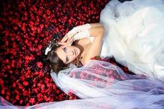 La mariée se situe en fleurs Images stock
