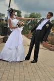La mariée tire le marié pour une relation étroite Photos libres de droits