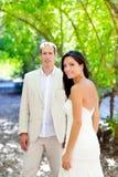 La mariée a juste marié des couples dans l'amour à extérieur Photos libres de droits