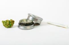 La marijuana médica molida para arriba y alista para rodar Con un tipo de acero del brote Imágenes de archivo libres de regalías