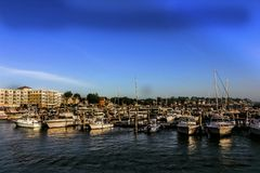 La marina chez Revere, le Massachusetts avec des appartements à l'arrière-plan Photo libre de droits